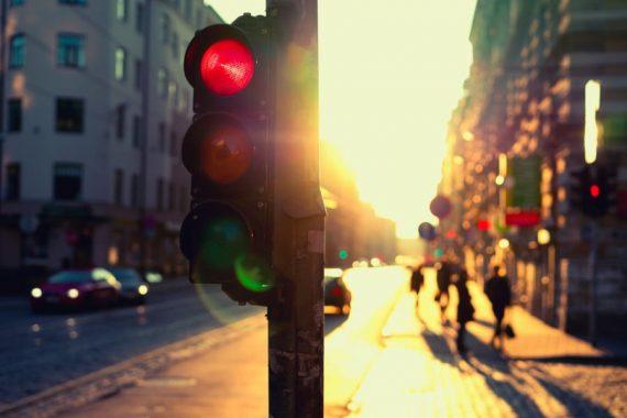 Nova lei permite livre conversão à direita: quais as consequências para o pedestre?