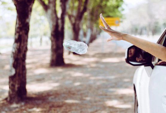 Jogar lixo pela janela do veículo é infração de trânsito e oferece riscos ao meio ambiente